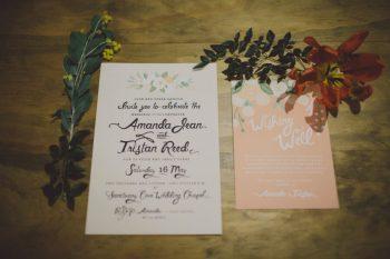 Bunte Blumendeko und Hochzeitspapeterie