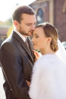 winterhochzeit - verliebtes Brautpaar